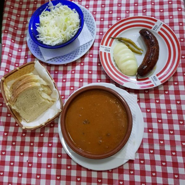 Grah s kobasicom, carskim ili kosanim odreskom i kruh